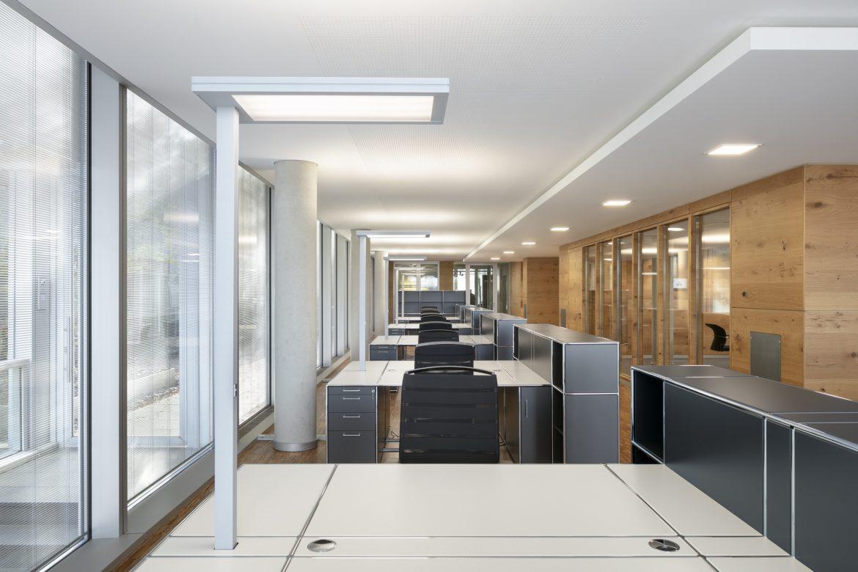 Übersicht mit Arbeitsplätzen, Leuchten und Holztrennwänden