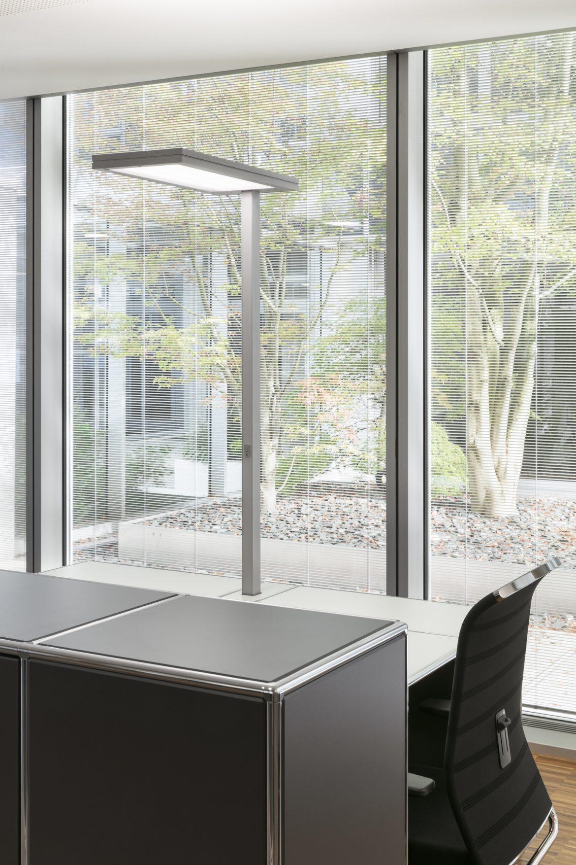 Einzelarbeitsplatz mit Leuchte