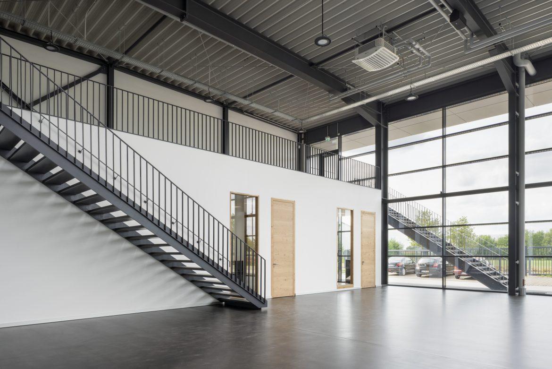 Ausstellungshalle mit Büroräumen